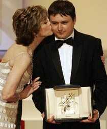 Prispuss Jane Fonda delade ut Guldpalmen. Regissören Christian Mungiu fick också en blöt puss av henne.