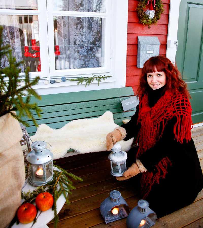 Mysiga lyktor är ett måste på Jennys veranda. Det röda huset i Sollefteå fullkomligt strålar av jul både ute och inne.