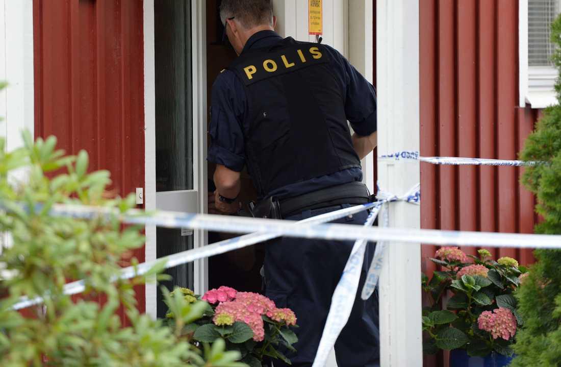 Polisen har spärrat av vid bostaden.
