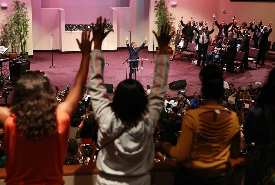 På söndagen hölls också en gudstjänst för Michael Brown ledd av Al Sharpton.