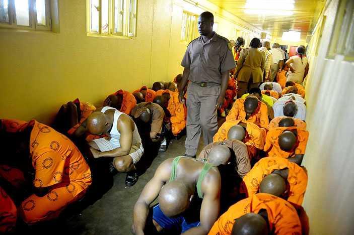 Inifrån fängelset där internerna överaskas av en räd. Foto: Barcroft Media