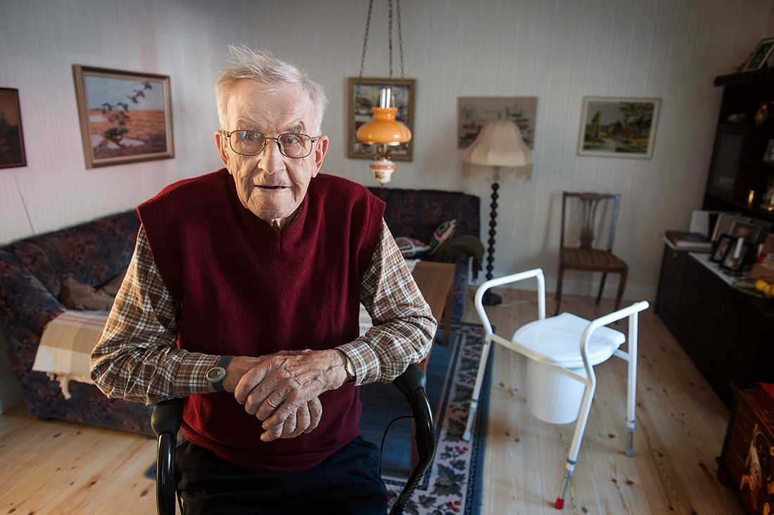 Melker Norgren fyller snart hundra år och har problem att röra sig - trots det får han inte plats på ett äldreboende.