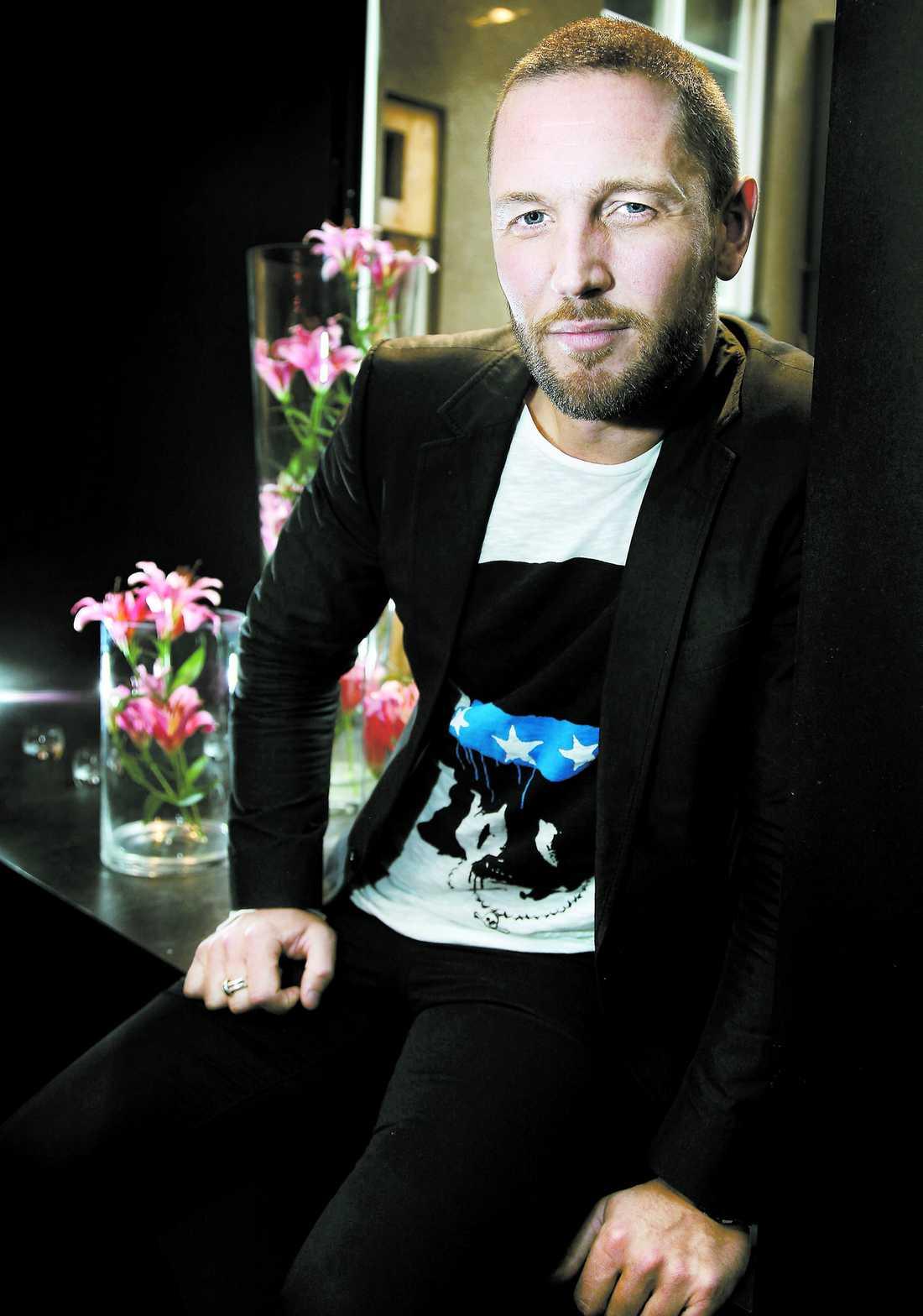 """ingen popstjärna Martin Björk är mest känd som programledare i Kanal 5:s """"Fråga Olle"""". Men han har även uppträtt på kändisfester – som sångare. """"Lena har fått mig att förstå att jag aldrig kan bli en popstjärna (skratt). Sången är på hobbynivå"""", säger han."""