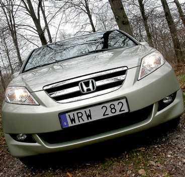 Honda har vågat tänka på bredden i FR-V. Tre vuxna får bra med plats bredvid varandra.