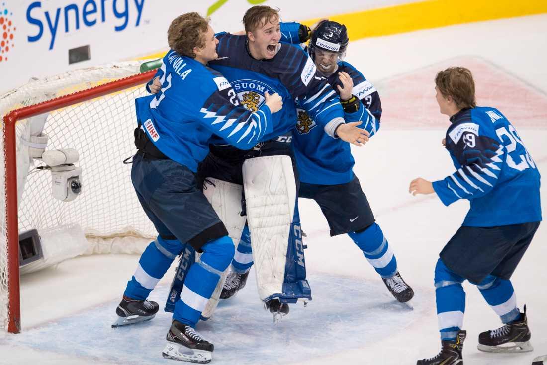 De finländska utespelarna guldjublar ihop med målvakten Ukko-Pekka Luukkonen.
