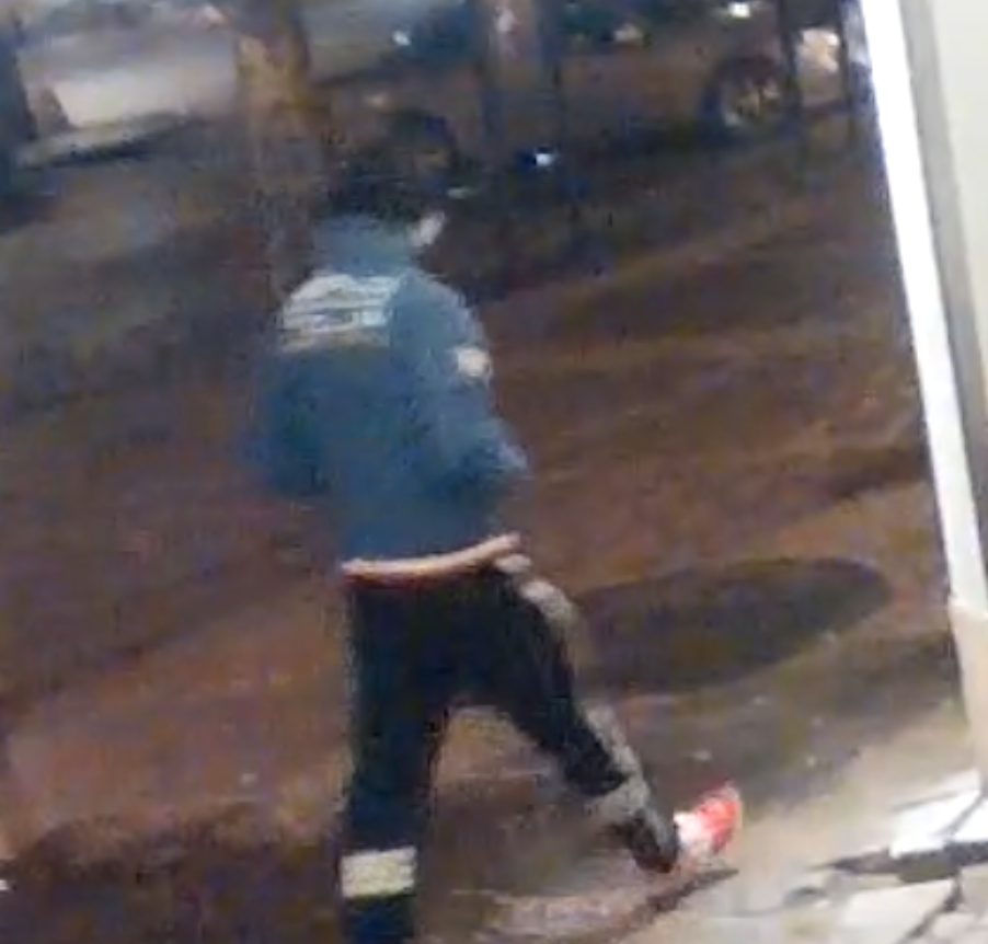 Här syns mannen med en blå jacka.