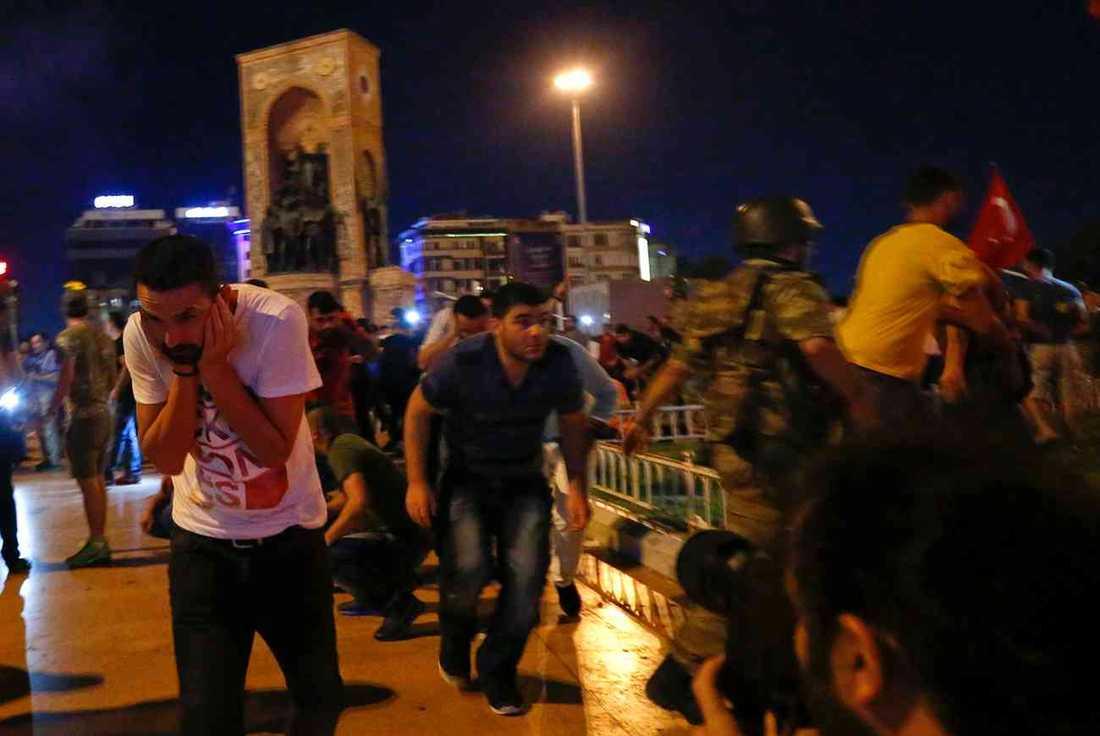 Militär öppnar eld under protesterna i Istanbul – flera människor dödas.