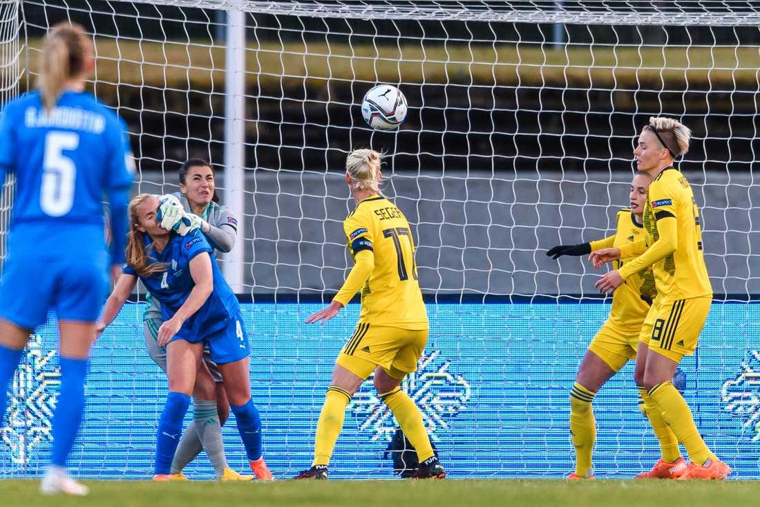 Zecira Musovic under matchen mot Island.