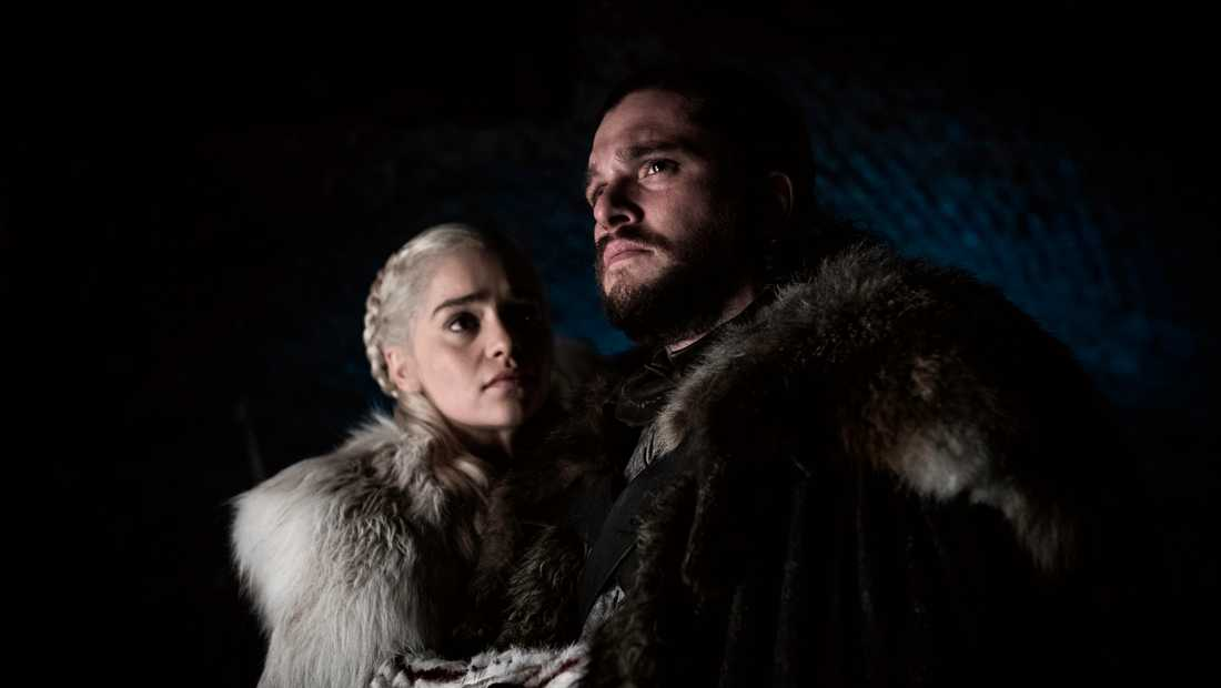 "Emilia Clarke och Kit Harington i ""Game of thrones"". Pressbild."