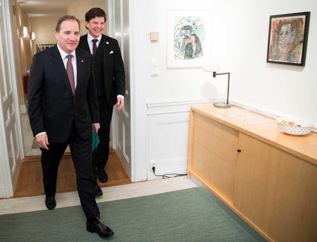 Talman Andreas Norlén tar emot Socialdemokaternas partiledare Stefan Löfven (S) i talmanskorridoren för ytterligare en talmansrunda.