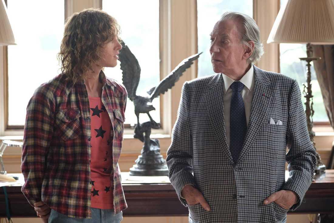 """Harris Dickinson och Donald Sutherland i """"Trust""""."""