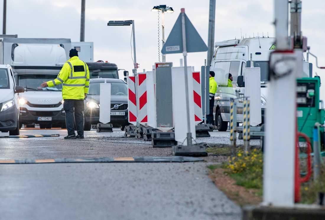 Dansk polis leder av fordon för gränskontroll - stickprovskontroll - på Pepparholm mellan Öresundsbron och Öresundsbroförbindelsens tunnel i november 2020 under den pågående coronapandemin.