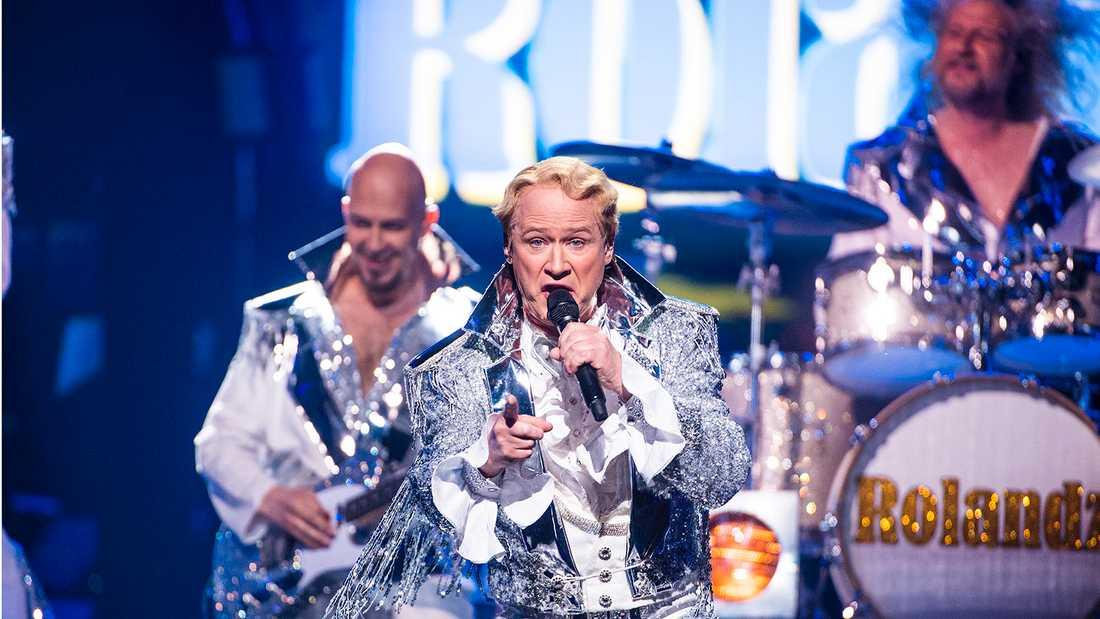 """Robert Gustavsson som karaktären """"Roland"""" i Melodifestivalen 2018."""