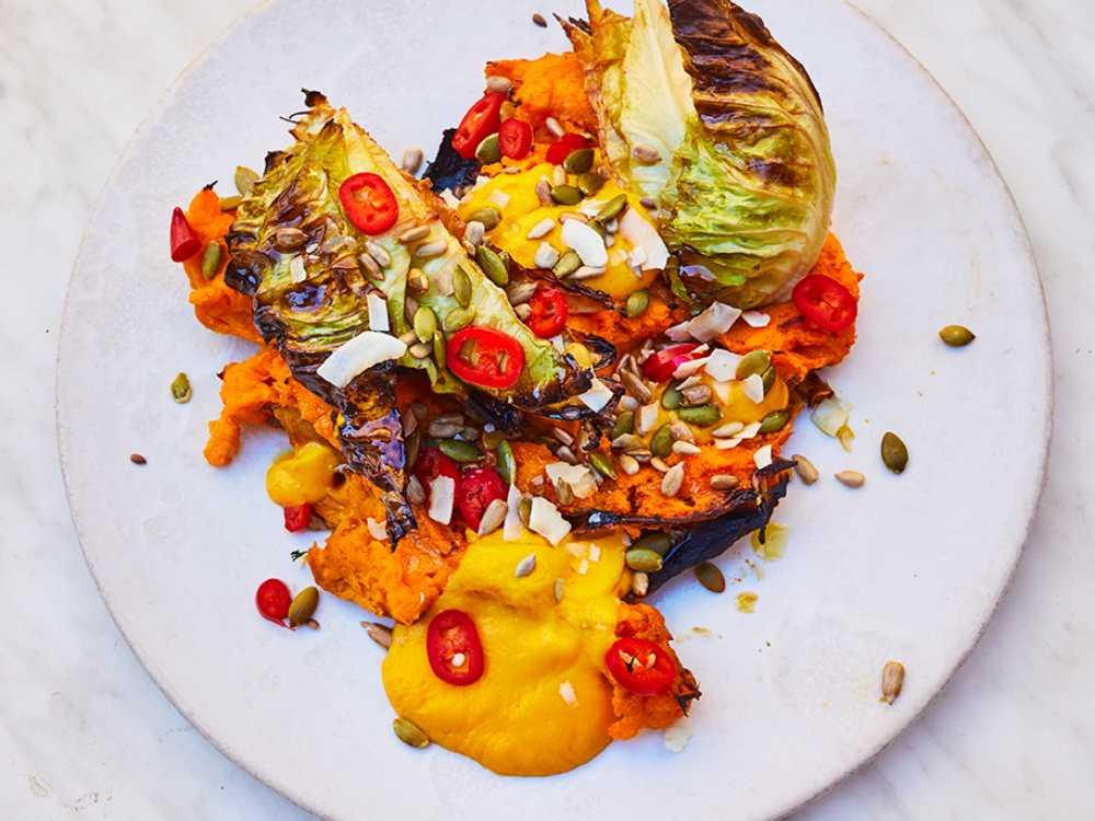 Ugnsbakad spetskål och sötpotatis med chili- och ingefärsdressing