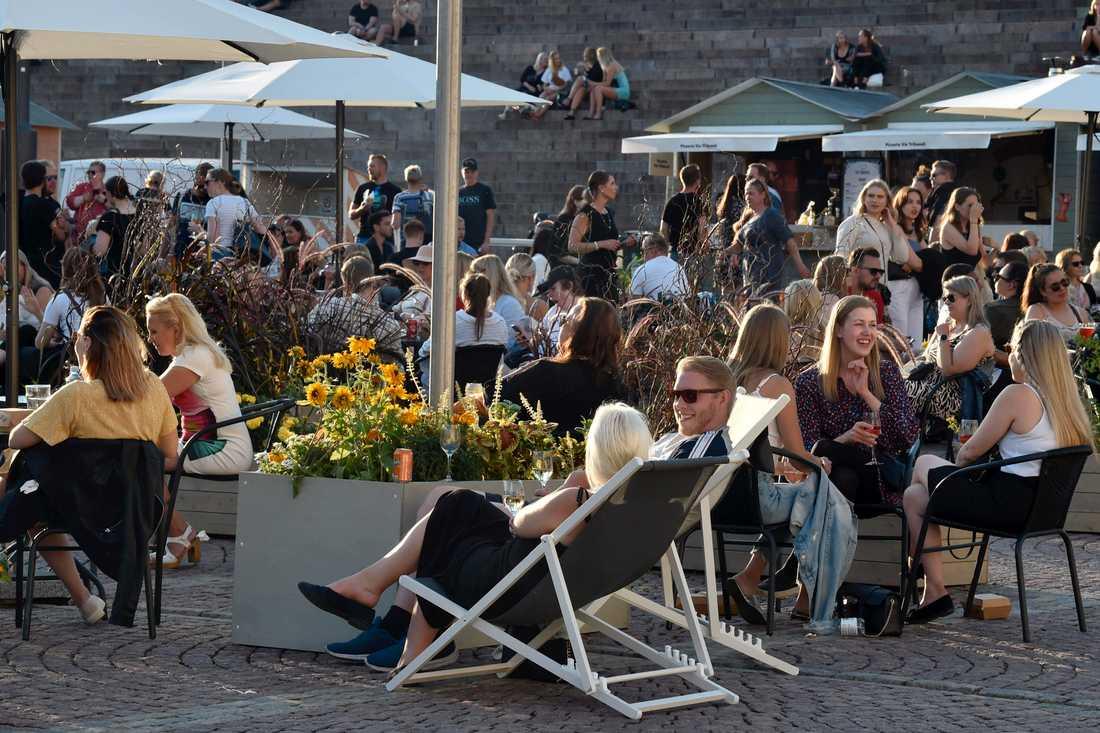 En uteservering i centrala Helsingfors. Fotot togs förra sommaren, då tidigare coronavirusrestriktioner lyftes.