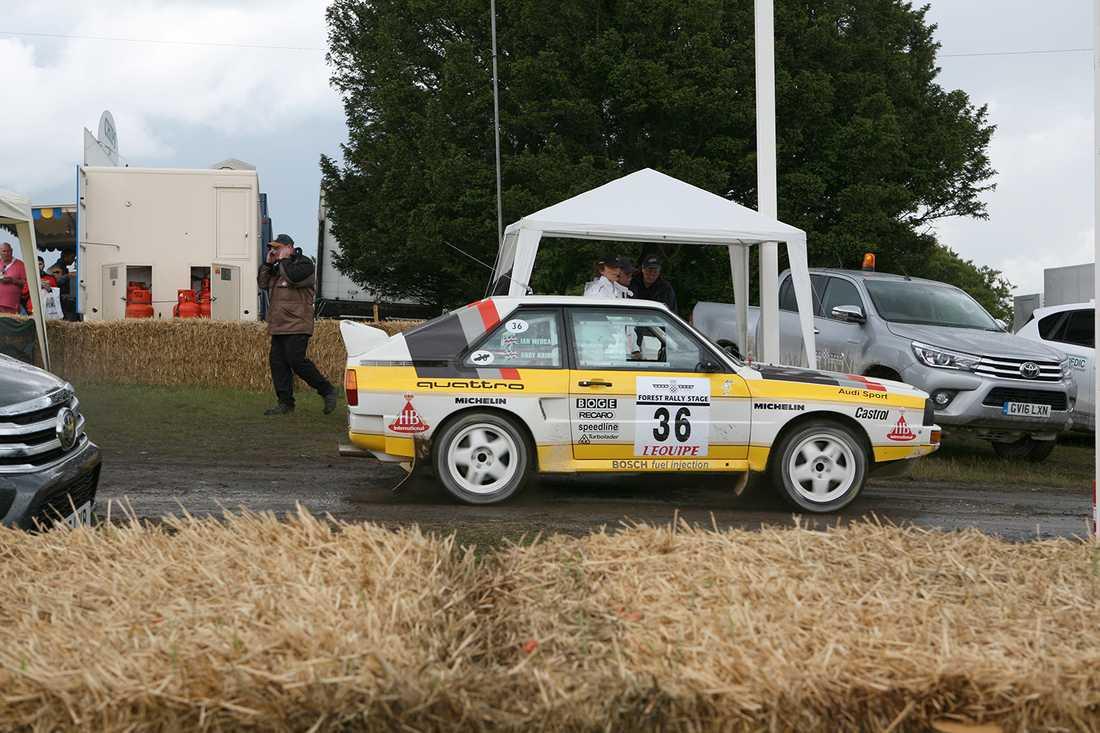 Plattan i mattan vid start. En Audi quattro släpper loss alla kusarna.