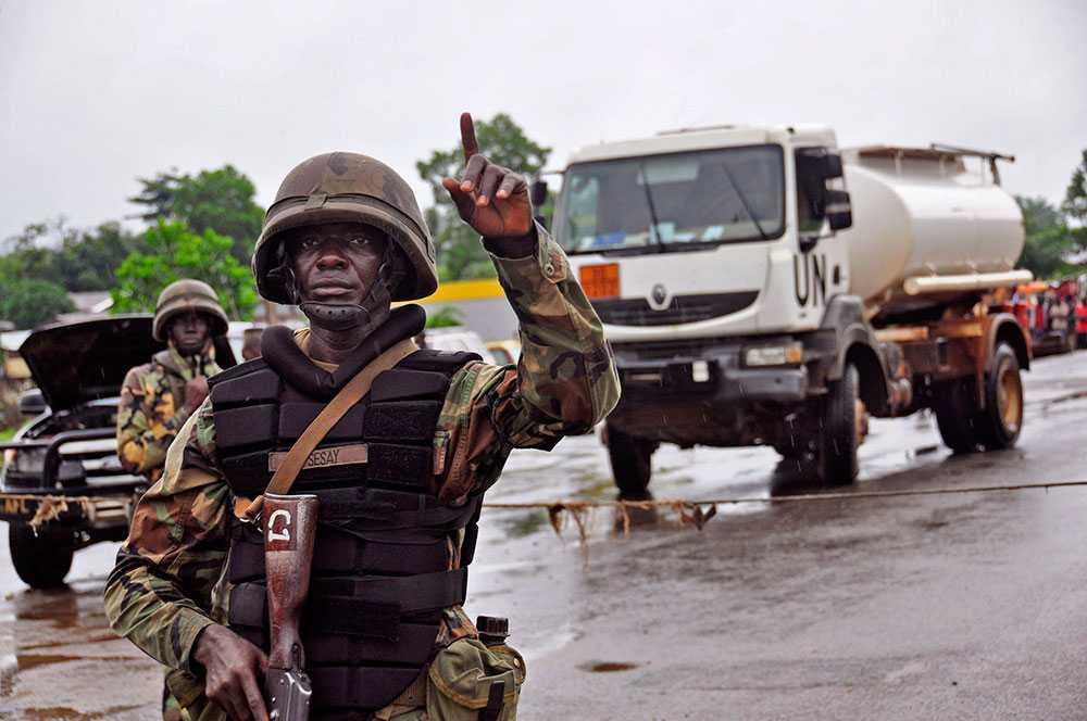 Polisen har upprättat sanitära vägspärrar för att försöka stoppa spridningen av ebola.