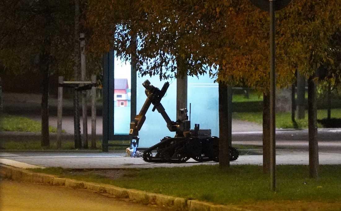 NBS bombrobot kontrollerar föremålet som finns vid en busshållplats.