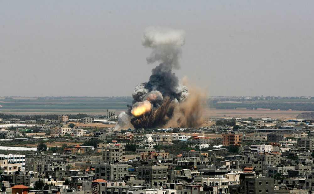 8 juli genomför Israel flygattacker mot mål på Gazaremsan. Minst 26 människor dödas och 100 skadas. Palestinska grupper svarar med att avfyra raketer över södra Israel. Ingen dödas.