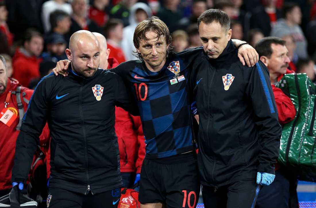 Luka Modric fick hjälpas av planen