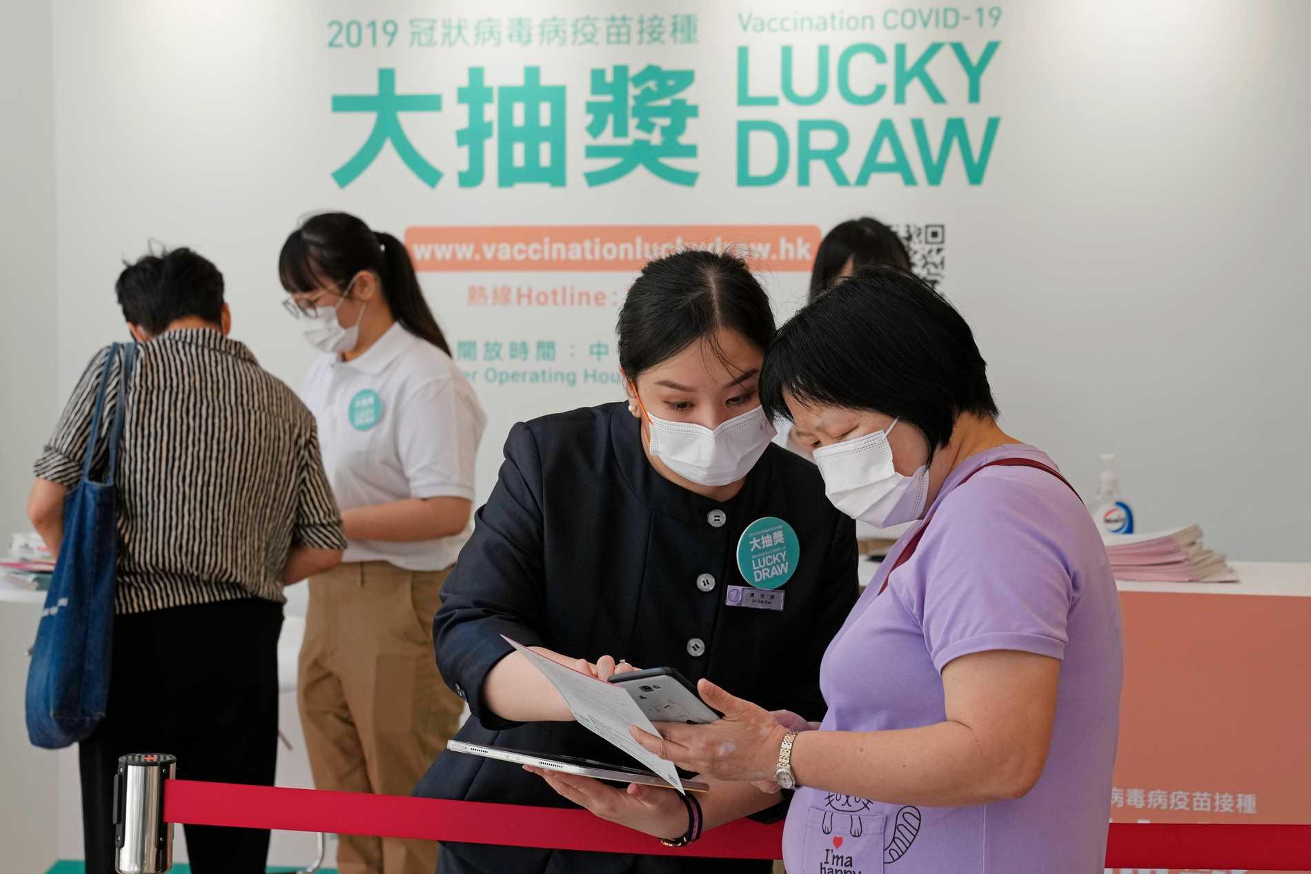 Vaccinerade Hongkong-bor kan registrera sig för att delta i en utlottning. Man kan bland annat vinna en Tesla.