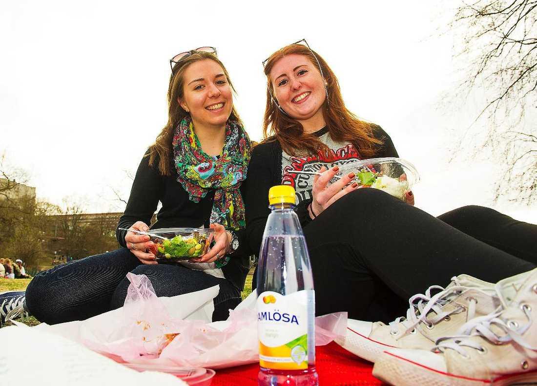 """""""ÄR ÖVERTYGAD""""Studiekompisarna Lovisa Strid, 20, och Lisa Rister, 21, smygstartade sommaren i går i Rålambshovsparken i Stockholm. """"Det är alltid svårt att sia så långt i framtiden, men jag är övertygad om att det blir en kanonsommar efter en så här lång vinter"""", säger Lovisa om WSI:s ljusa prognos för Sverige."""