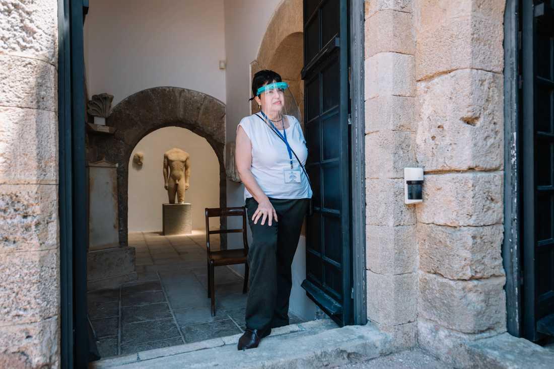 Anna Kopidi jobbar som vakt på det arkeologiska museet i Rhodos stad.