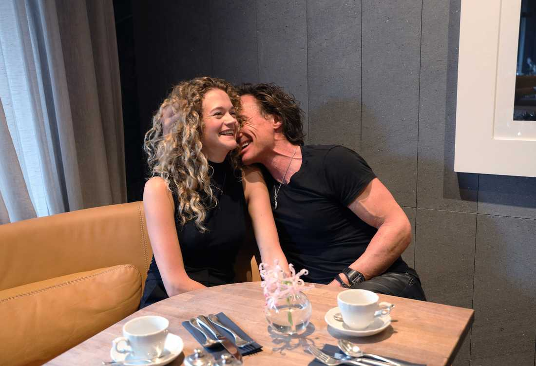 Petter Stordalen myser med flickvännen Märta Elander Wistén på sitt hotell At Six i Stockholm.