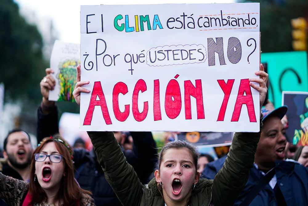 Demonstrationer utanför brasilianska ambassaden i Uruguy.