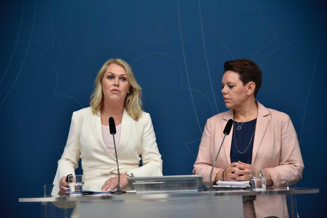 Socialminister Lena Hallengren (S) och Marie Morell, ordförande i sjukvårdsdelegationen på Sveriges Kommuner och Landsting (SKL), presenterar regeringens satsning för att stärka hälso- och sjukvården.