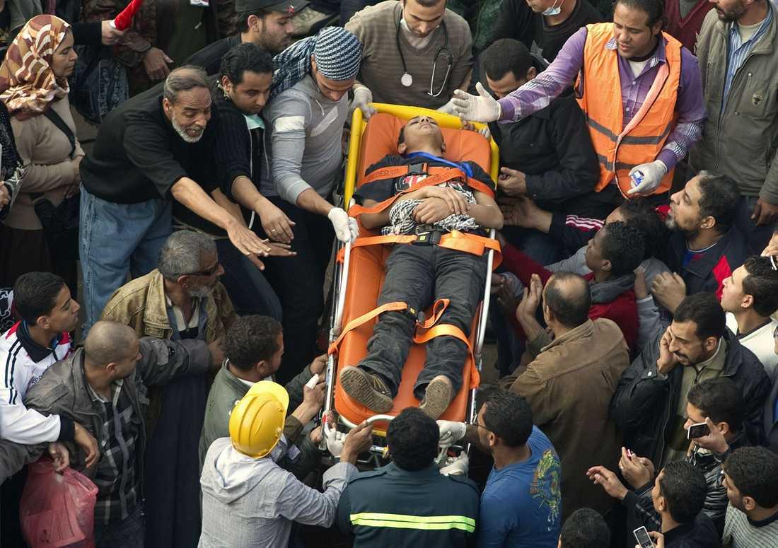 En ung demonstrant har skadats under oroligheterna vid Tahrir-torget.