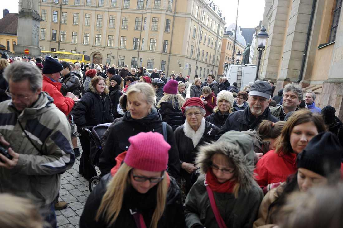 Många hade tagit sig till slottet i Stockholm för att hylla den nyfödda prinsessan.