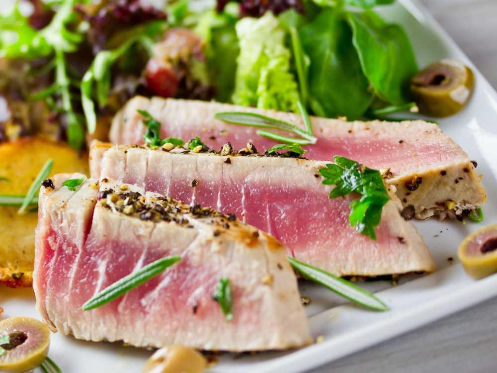 Grillad tonfisk ska ha en rå kärna.