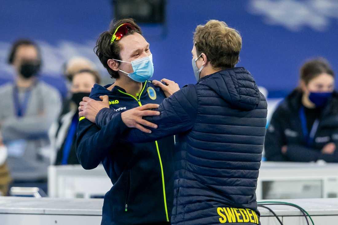 Nils van der Poel kramas om av tränare Johan Röjler efter VM-guldet.