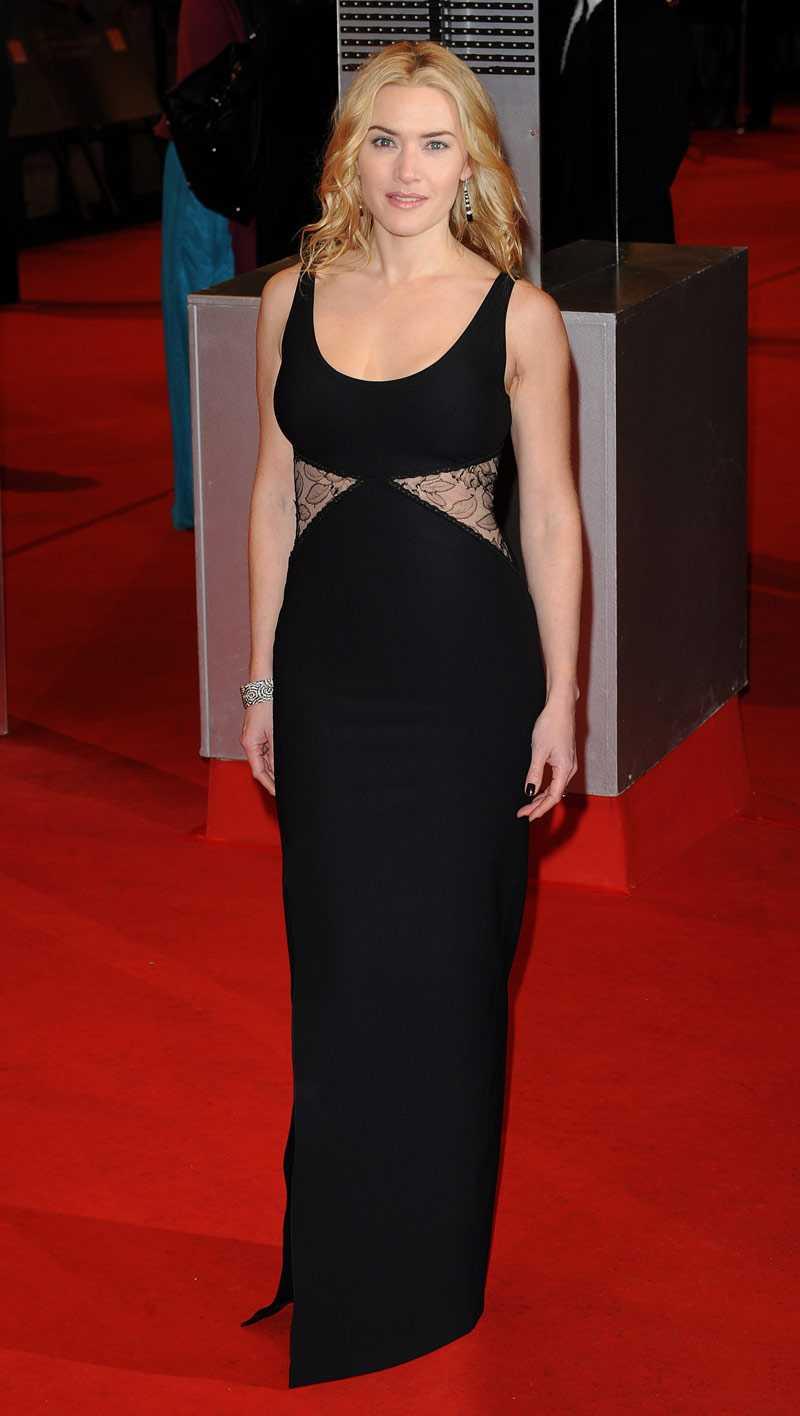 Kate Winslet (ofta framröstad som bäst klädd, inte minst av er läsare på Sofis mode) i enkel, svart långklänning matchat med enkla smycken. Samtidigt som det är en sober look så piffar hon till det med den senaste trenden: genomskinliga eller helt nakna sidopartier.