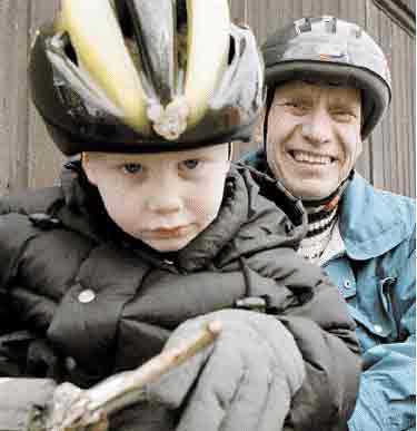 FÖR BARNENS BÄSTA Det behövs ett bredare synsätt på barns säkerhet. Vuxnas användande av cykelhjälm spelar stor roll för barn och ungdomar.