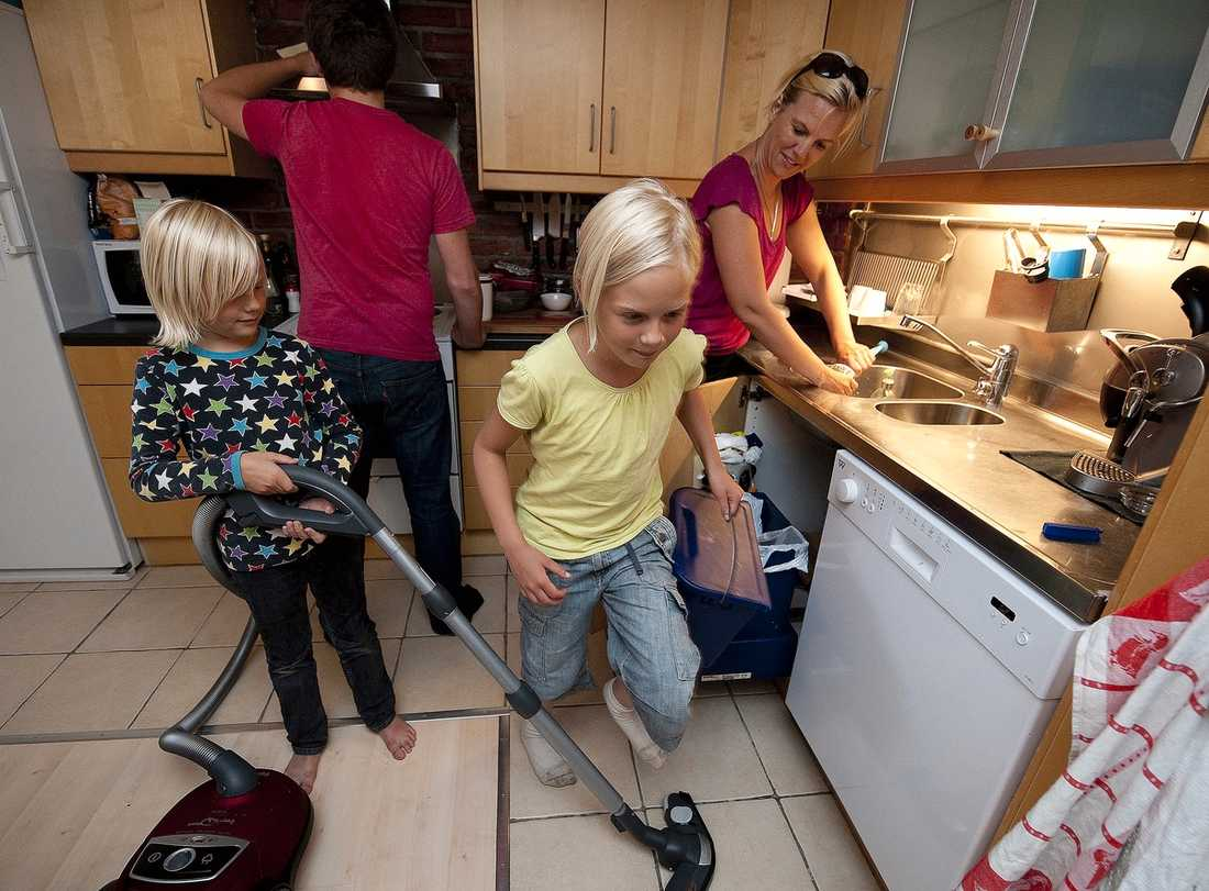 """ALLA HJÄLPS ÅT – EFTER ÅLDER """"Det är viktigt att låta barnen vara en del av arbetet. Det frigör också en massa tid åt annat"""", säger Jenny Bard, här tillsammans med barnen Tim, 16, Svante, 7, och Wilma, 9. På bilden saknas Pontus, 11, och pappa Fredrik."""