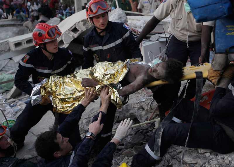 Räddad – efter 15 dagar Folkmassan som hade samlats vid räddningsarbetet brast ut i en spontan applåd när flickan grävts fram ur rasmassorna.