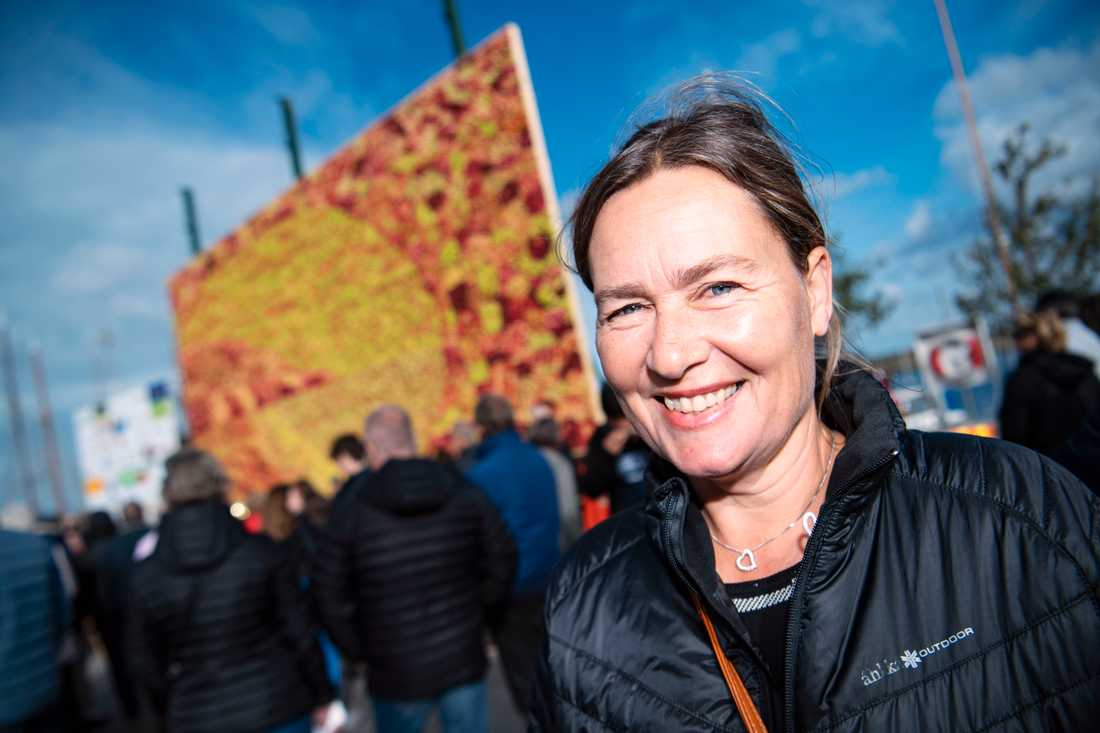Konstnären Emma Karp Lundström framför 2018 års äppeltavla - Hjärtat i äppelriket.