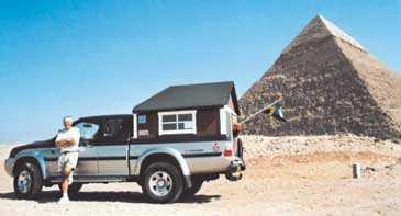 Äntligen framme! Efter 850 mils resa är Christer Gerlach framme vid Egyptens pyramider.
