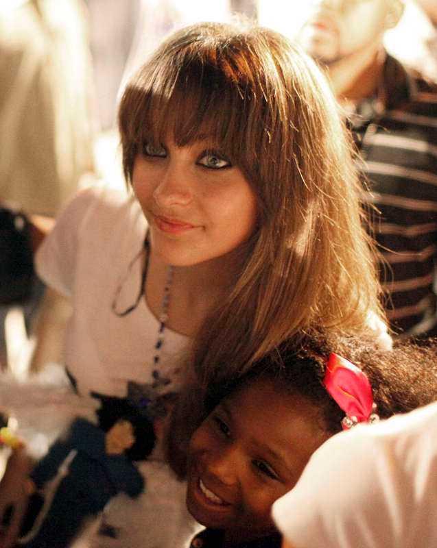 Skar sig i armen. Michael Jacksons dotter Paris, 15, fördes med ambulans till sjukhus i Los Angeles.
