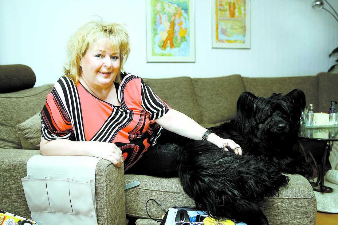 """Kikki Danielsson har tagit en timeout från musiken. Nu lever hon ensam i Bollnäs med sin hund. Framträdandet i """"Så ska det låta"""" i kväll blir det första på flera månader."""