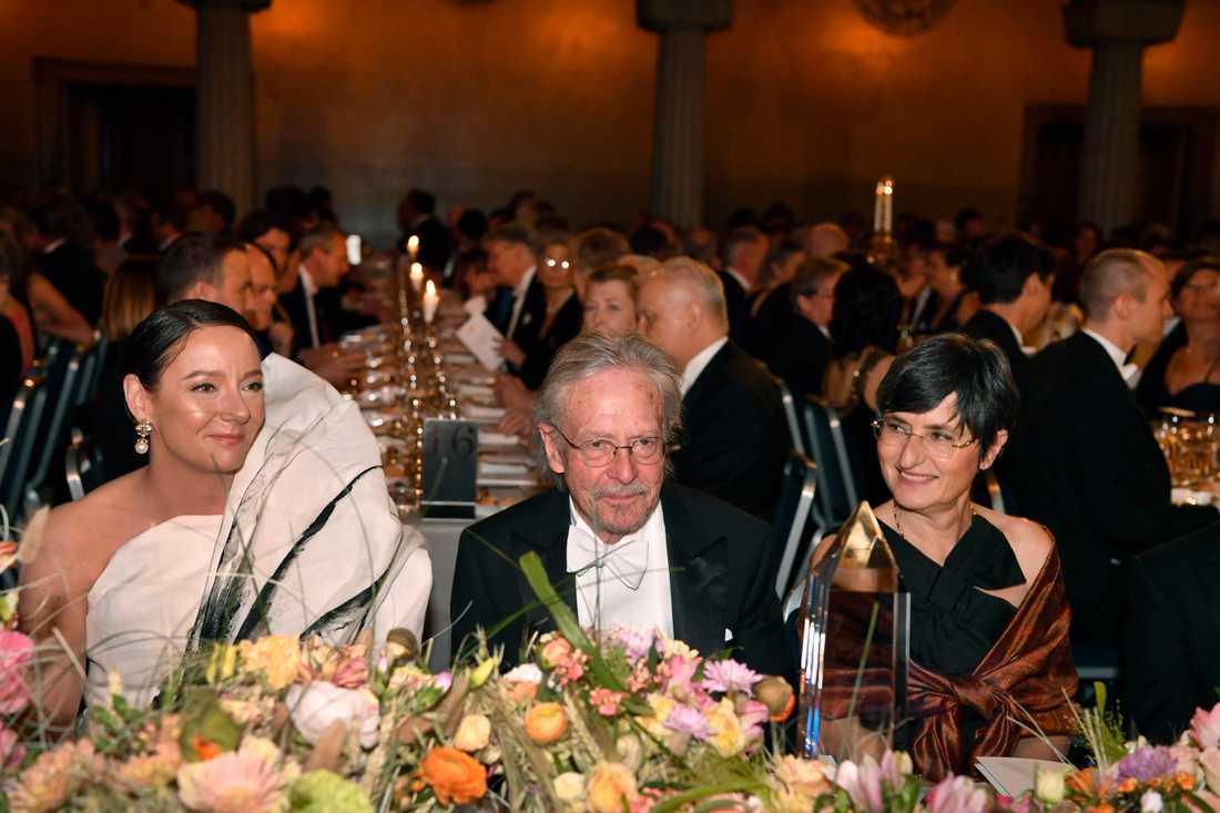 Forskningsminister Matilda Ernkrans, Peter Handke, Nobelpristagare i litteratur och Caroline Parmelin under Nobelbanketten i Stockholms stadshus.