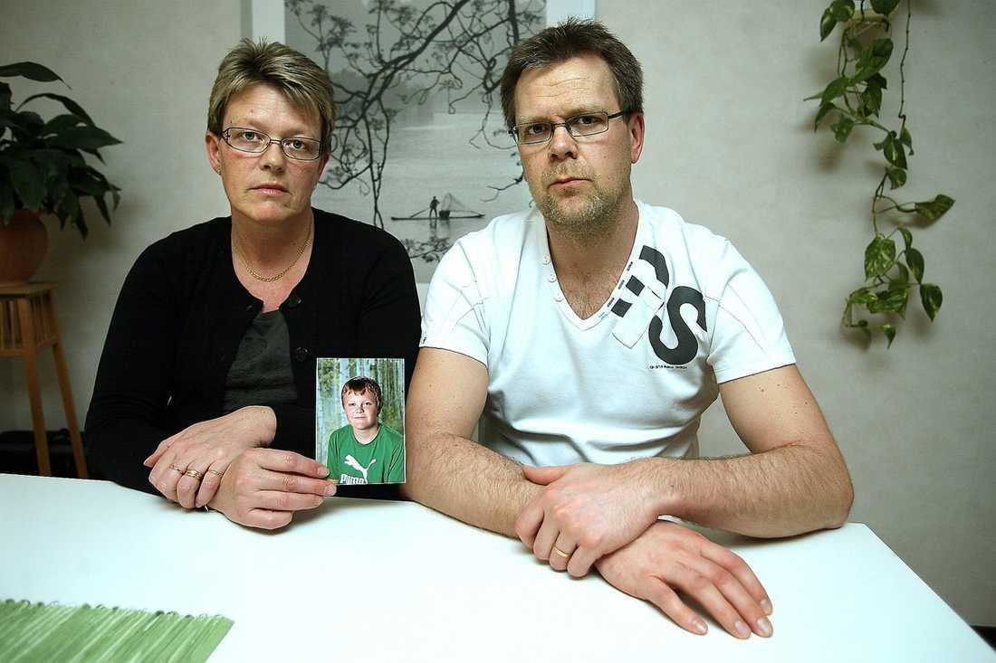 SORGEN ÄR STOR Mamma Maja och pappa Mattias med ett fotografi av sonen Fredrik, 11, som dog då han inte fick hjälp i tid.