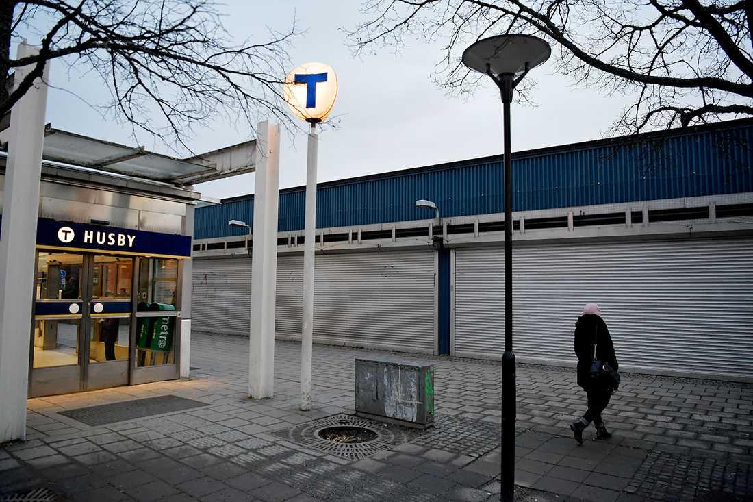 Klockan 13 idag stängde samtliga butiker i Husby centrum.