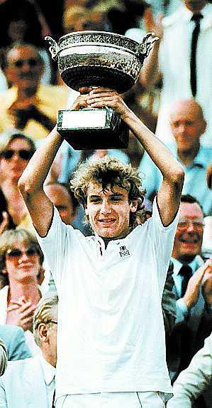 Mats Wilander höjer pokalen efter segern mot Guillermo Vilas i Franska öppna mästerskapen 1982.
