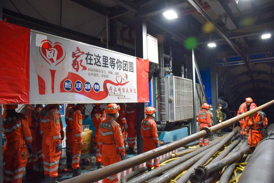 Räddningsarbetare vid ingången till den översvämmade kolgruvan i regionen Xinjiang, nordvästra Kina. 11 april 2021.
