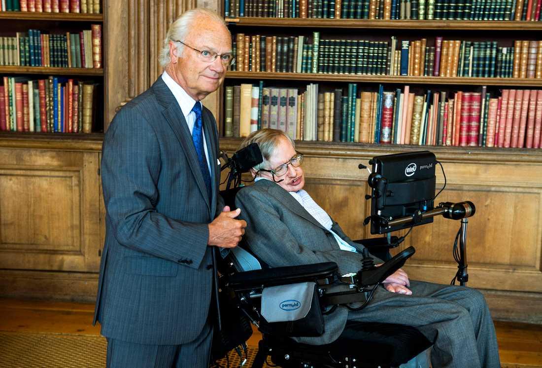 Kung Carl XVI Gustaf tog emot Stephen Hawking på slottet augusti 2015.