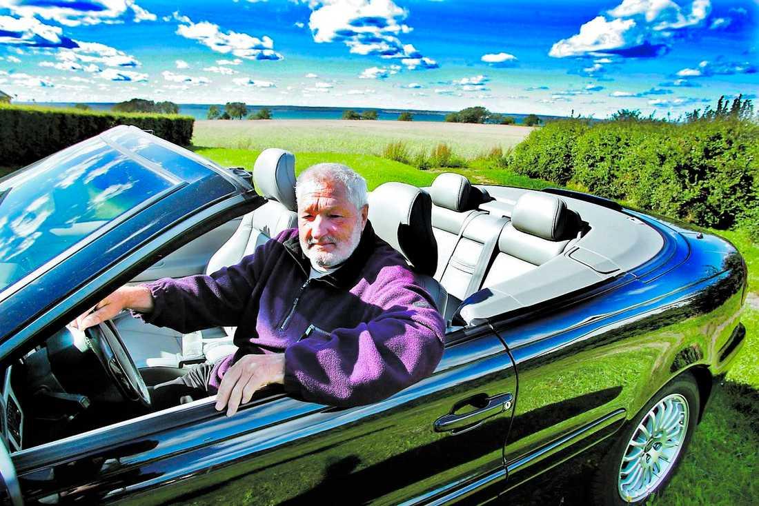"""GLIDARE Åke Holm rattar sin Volvo C 70 med glädje. """"Är man motortokig släpper aldrig drömmen om en öppen glidarbil. Jag köpte den för att ha roligt på vägarna tillsammans med frugan"""", säger han."""