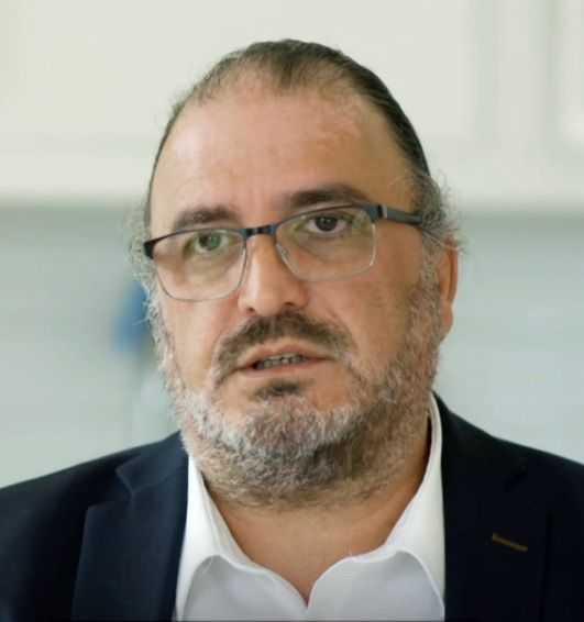 Överläkaren Inti Peredo anklagas för att ha trakasserat sina judiska kollegor på Karolinska. Nu träder han fram i Uppdrag granskning.